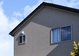 太陽光発電と広いバルコニーのある家