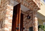 レンガの素材感を基調とした南欧風住宅